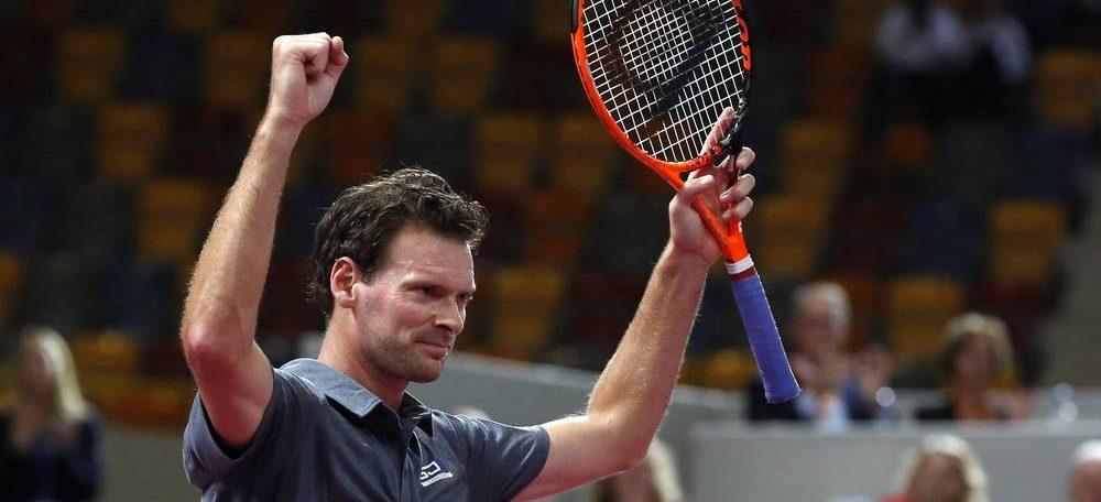 Tennisser Sjeng Schalken stapt als winnaar van de baan
