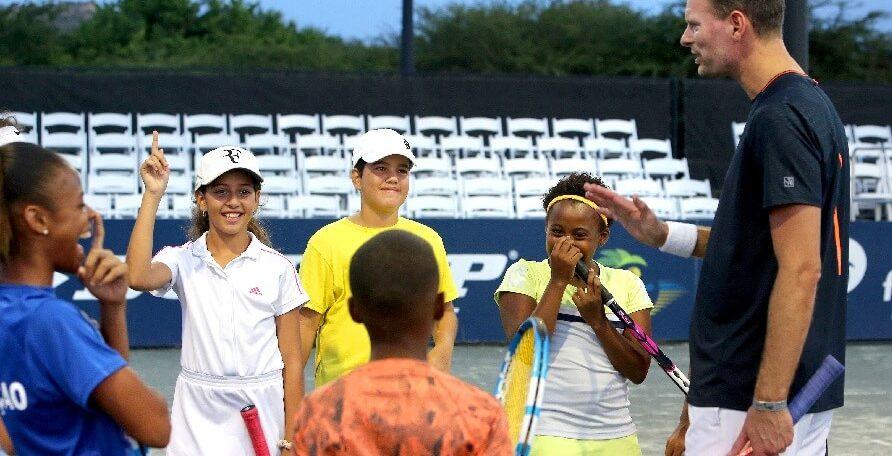 Sjeng Schalken tijdens een tennisclinic voor kinderen